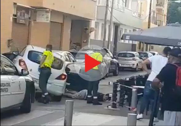 Am Ende lag der Mann festgenommen auf der Straße.