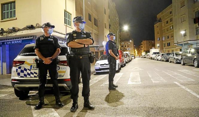 Polizisten überwachen, ob die nächtliche Ausgangssperre eingehalten wird.
