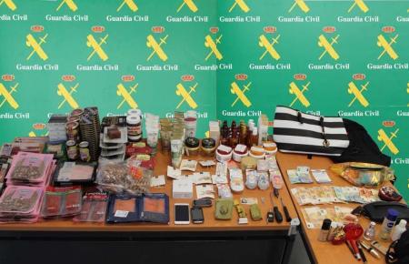 Die Beamten stellten Lebensmittel, Kosmetik und Bargeld sicher.