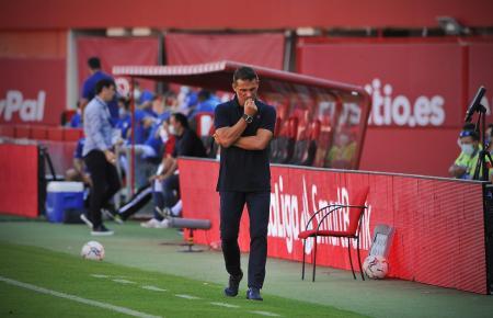 Ein nachdenklicher Trainer Luis García Plaza während seines ersten Pflichtspiels mit Real Mallorca.