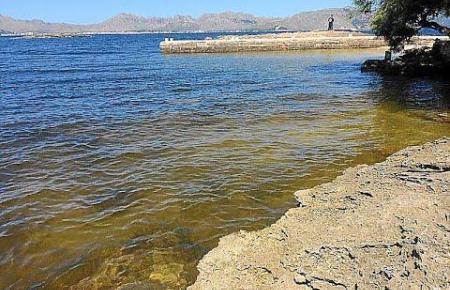 So sah das Meerwasser am Sonntag am Strand von Morer Vermell am Sonntag aus.