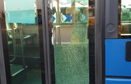 Beschädigte Tür eines EMT-Busses.