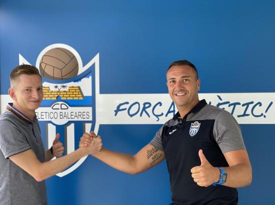 Anfang August wurde Jordi Roger (r.) von Atlético-Baleares-Sportdirektor Patrick Messow als neuer Cheftrainer begrüßt.