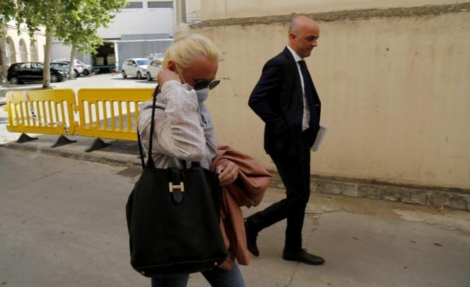 Renata G. mit ihrem Anwalt Miguel Ángel Ordinas auf dem Weg ins Gericht in Palma.