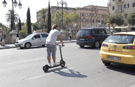 So darf ein E-Scooter-Fahrer nicht unterwegs sein.