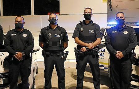 Private Sicherheitskräfte und Polizisten posieren in Inca für die Kamera.