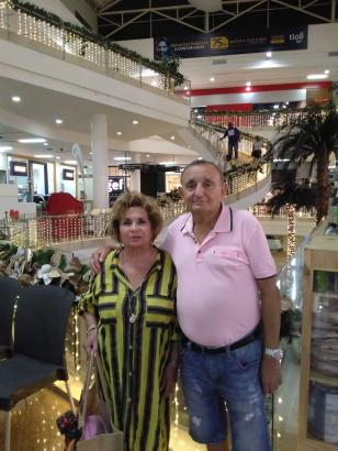 Francisca Fuster und Antonio Nebot in einem Einkaufszentrum in Kolumbien.