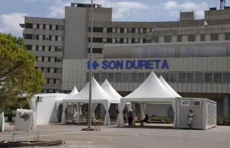 Testzelte vor dem Ex-Krankenhaus Son Dureta.