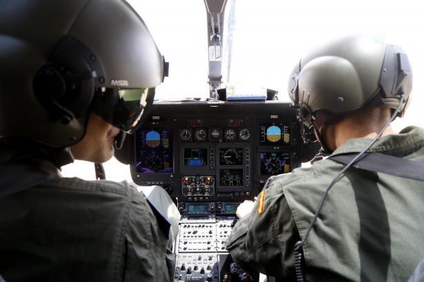 Polizisten der Guardia Civil im Such-Helikopter.