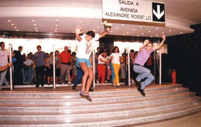 Luftsprünge der ersten Besucher: So wurde das Kaufhaus 1995 eröffnet.