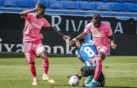 Die Mallorquiner spielten in rosafarbenen Auswärtstrikots. Hier nehmen Baba (l.) und Lago Junior den Espanyol-Kicker Fran Mérida in die Zange.