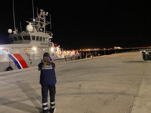 Dieses französische Schiff brachte zahlreiche auf See gerettete Migranten nach Palma.