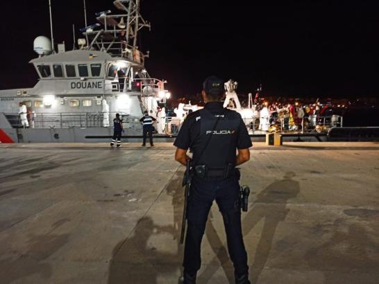 Nationalpolizist vor einem französischen Kriegsschiff, das Flüchtlinge an Bord hatte, im Hafen von Palma.