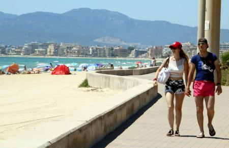 Urlauber an der Playa de Palma.