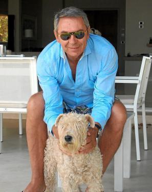 """Der Luftfahrtmanager Klaus Heinemann, hier mit seinem Hund """"Pippa"""" zu sehen, lebt auf Mallorca und baut im Inselzentrum auch Wein und Olivenöl an."""