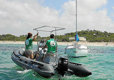 Das Team der Abteilung Umweltschutz des Inselrats überwacht mit kleinen Booten, dass die Bootsbesitzer richtig ankern.