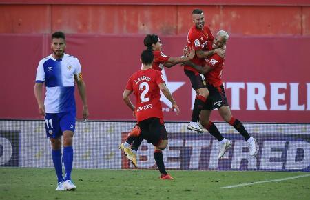 Hier bejubelt Dani Rodríguez mit den Kollegen seinen Treffer zum 1:0 – der Torschütze springt am höchsten.