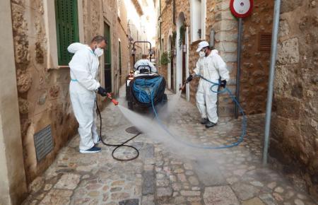 Desinfizierarbeiten in einem Dorf auf Mallorca.