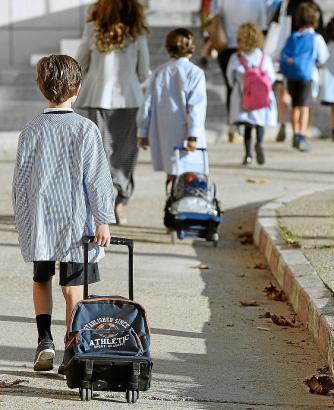 Kinder auf dem Weg zur Schule.