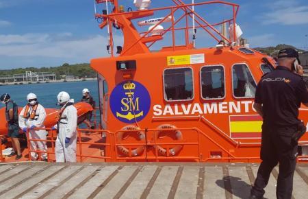 Rettungskräfte von Salvamento Marítimo bei der Arbeit.