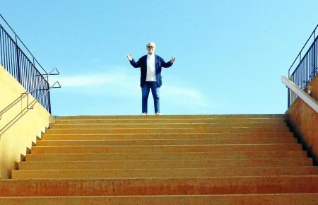 """Ben Jakober auf den Stufen, die in den Ausstellungsraum """"Sokrates"""" herabführen."""