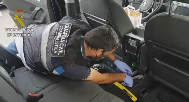 Ein Beamter der Guardia Civil entdeckt in dem Auto die Pakete mit Rauschgift.