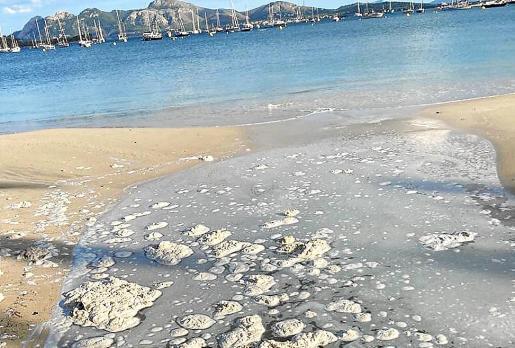 Einer der von den Nachbarn dokumentierten Schmutzwassereinleitungen am Strand von Pollença.