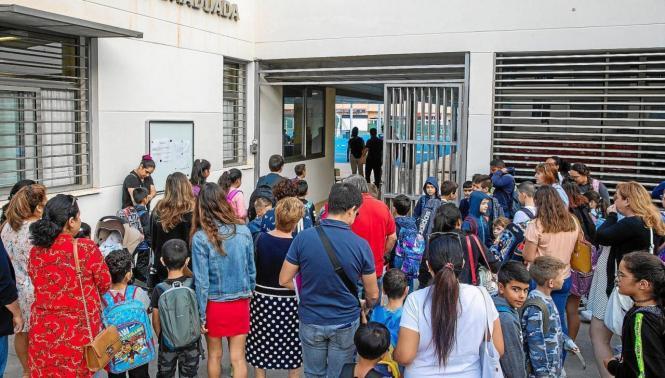 Schüler vor einer Schule auf den Balearen.