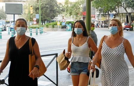 Masken müssen auf den Insel-Straßen im Augenblick permanent getragen werden.