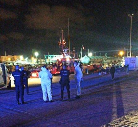 Die Aufnahme zeigt Die Aufnahme zeigt Polizeikräfte im Hafen von Ibiza, die dort bereits am Donnerstag Migranten in Empfang genommen hatten.