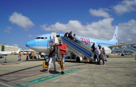 Tuifly-Flugzeug mit deutschen Touristen im Sommer auf Mallorca.