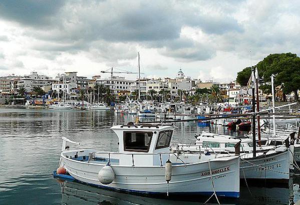 Boote im Hafen von Cala Rajada.