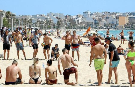 Deutsche Urlauber vor der Reisewarnung auf der Playa de Palma.