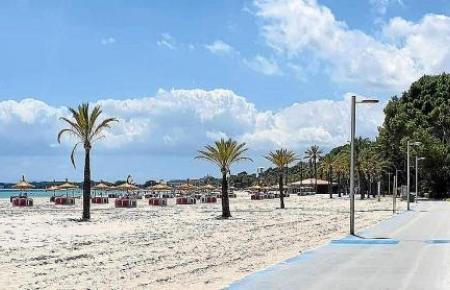 Die Strände sind weitgehend menschenleer. Bis Ende Oktober wird die Gemeinde Alcúdia noch einige Strandliegen stehen lassen.