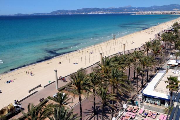 Die Playa de Palma liegt ruhig, schön und weiß da.