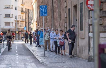 So eine Schlange bildet sich vor der Kapuzinerkirche in Palma fast jeden Morgen.