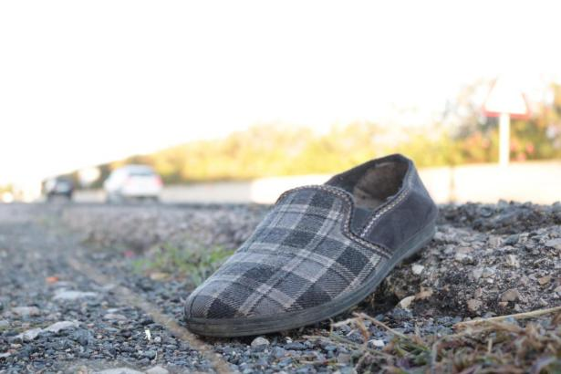 Ein Schuh des totgefahrenen Mannes.