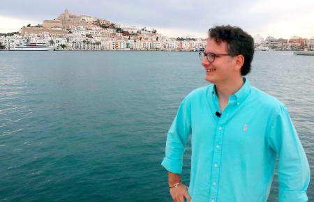 Michael Friemel vor der Kulisse von Ibiza-Stadt.