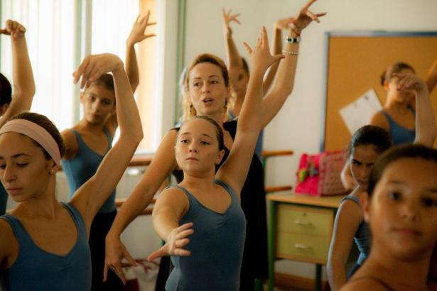Seit zwei Jahren besucht Alba (M.) das örtliche Konservatorium, wo sie viermal in der Woche nach der Schule Tanzunterricht nimmt. Flamenco ist ihr absolutes Lieblingsfach.