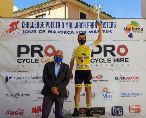 Andreu Serra, in Mallorcas Inselrat zuständig für Tourimus und Sport, überreichte Challenge-Sieger Javier Salmerón den Pokal.
