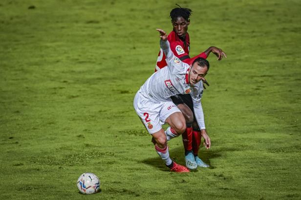 Verteidiger Joan Sastre fehlte den in Weiß spielenden Mallorquinern ab der 74. Minute, weil er mit Gelb-Rot vom Platz musste.