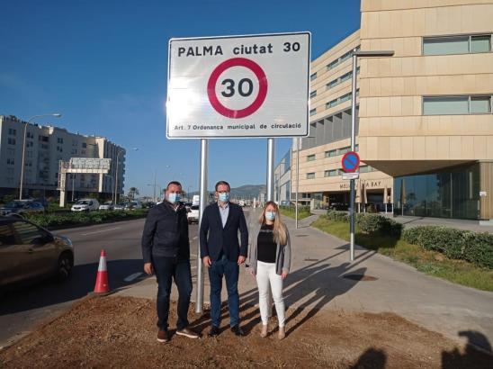 Bürgermeister José Hila präsentierte am Montag das erste Tempo-Limit-Schild.