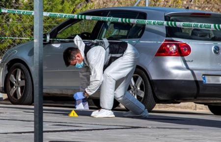 Ermittler am Tatort an der Tankstelle in Peguera.