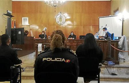 Beim Gerichtsprozess in Palma wurden die beiden Beschuldigten von der Polizei begleitet.