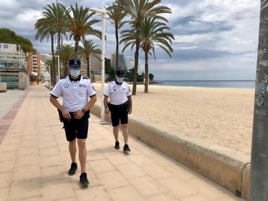 Calvià-Polizisten bei der Strand-Inspektion