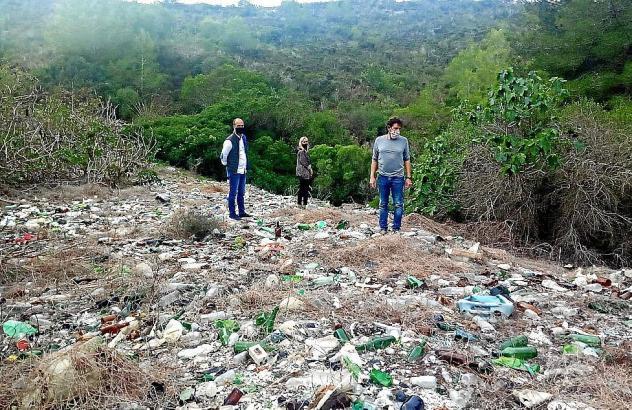 Bürgermeister Jaume Monserrat und Gemeinderätin Catalina Soler nahmen die Müllkippe am Mittwoch in Augenschein.