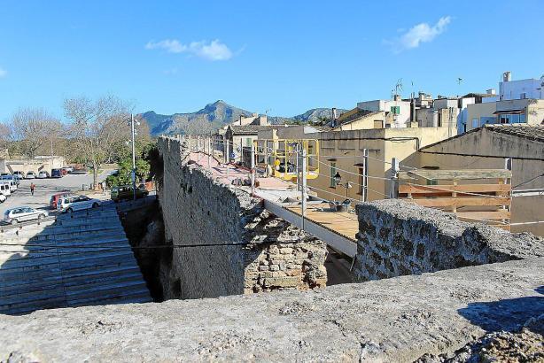 Blick auf die Stadtmauer von Alcúdia.
