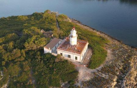 Auch aus der Luft schön anzusehen: der Leuchtturm von Alcúdia.