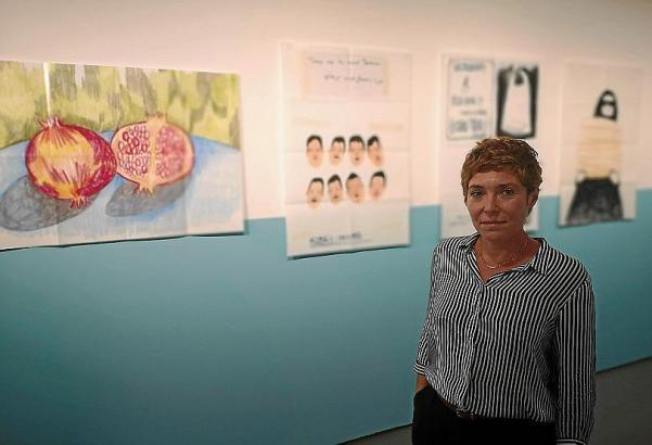 Nuria Marqués vor ihren Zeichnungen, die in Teheran entstanden.