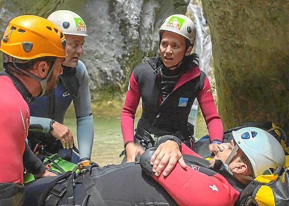 Die Ärzte bei einem Rettungseinsatz in einer Schlucht der Sierra de Guara.